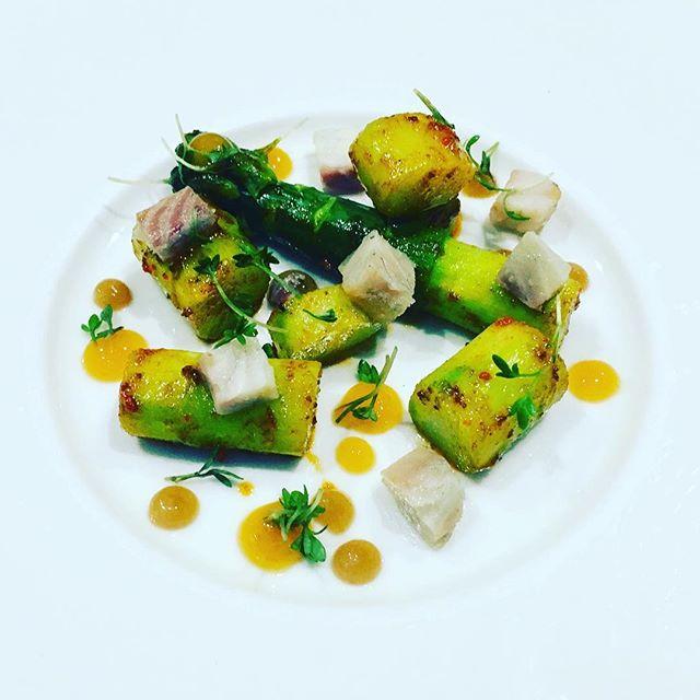 Asperge verte bio, pamplemousse et anguille fumée#asperge #anguille #bio #gastronomy #restaurant #paris #asparagus #gourmet #foodlover #instagood @romainmahi #accentstablebourse #ayumisugiyama #food