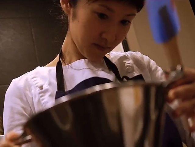 Préparation - Chef pâtissière Ayumi Sugiyama #accentstablebourse #ayumisugiyama #pastry #pastrychef  #boss #gastronomy #gourmet #foodlover #portrait #talent #picture