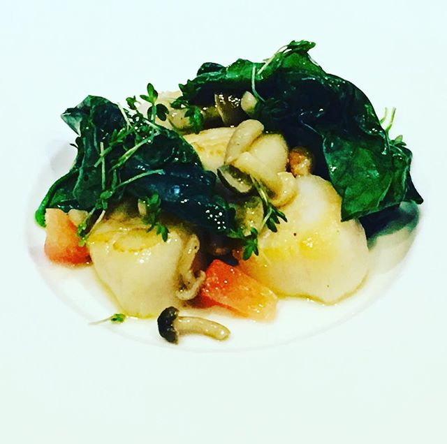 Noix de Saint-Jacques Bretonne, épinard, pamplemousseScallop, spinach, grapefruit#accentstablebourse @romainmahi #scallops #spinach #grapefruit #gastronomy #gourmet #ayumisugiyama #paris #restaurant #bonappetit #foodlover #foodie #travel
