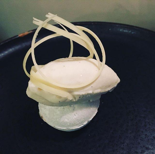 Sorbet, meringue, fraise et émulsion de fraise----Sorbet, meringue, strawberry and strawberry emulsion#accentstablebourse @romainmahi #ayumisugiyama #gourmet #dessert #strawberry #gastronomy #foodlover #restaurant #paris #dessert