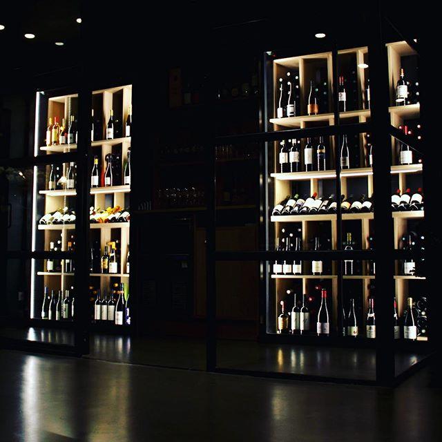 Laissez-vous guider par Le chef Sommelier @billardetienne pour un parfait accord mets - vins----Let yourself be guided by Chef Sommelier Etienne Billard for a perfect wine pairingL'abus d'alcool est dangereux pour la santé. A consommer avec modération#gastronomy #gourmet #accentstablebourse #yummy #wine #cave #sommelier #chefsommelier @romainmahi #ayumisugiyama #restaurant #foodie #foodlover #paris #vin  #sake #restaurant #winelover @accents.table.bourse #decoration #deco