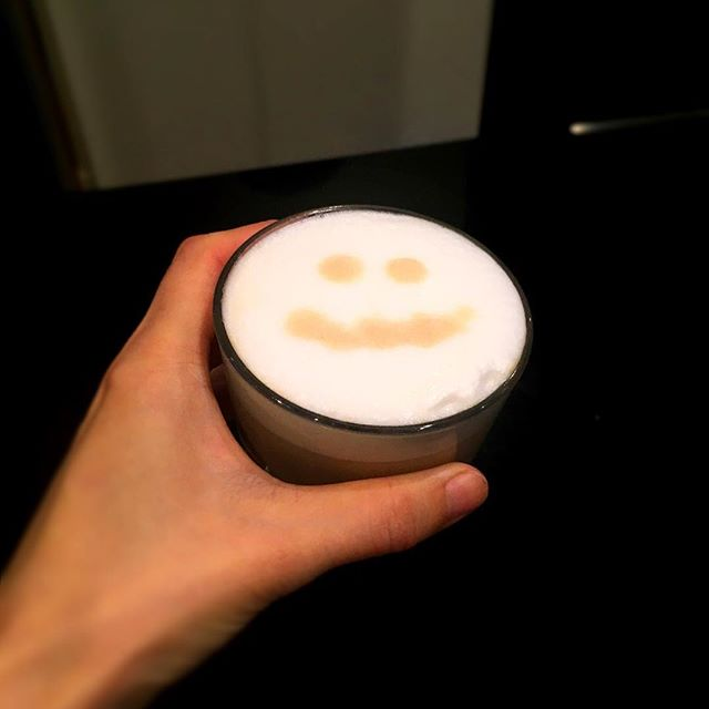 Mon sommelier Etienne m'a fait un café crème.. commence ma journée avec un sourire #paris #food #accentstablebourse #cafe #sourire #sommelier #cafecreme #朝 #1日のはじまり #レストラン #パリ