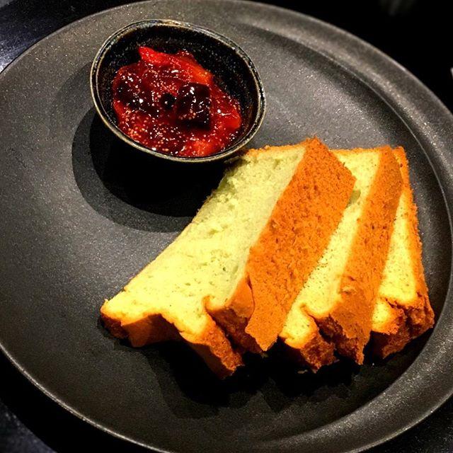 Finir sur une mignardise - Chiffon cake et figue noire----Finish with a mini pastry - Chiffon cake and black fig#ayumisugiyama #restaurant #gourmandise #accentstablebourse @accents.table.bourse #mignardise #foodlover #foodie #romainmahi #dessert #yummy #pastrychef..photo : @jean_se