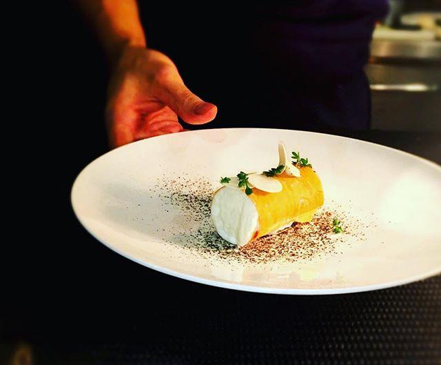 Comme une pizza...----Like a pizza...#revisite #accentstablebourse #emulsion mozzarella #chef #foodpics #pizza #foodpic #tomato #gourmet #gastronomy #revisite @romainmahi #paris #foodlover #foodie #restaurant...Photo : @jean_se
