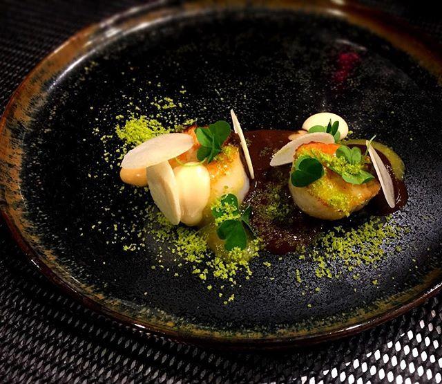 Saint-Jacques, boudin noir et yuzu ----Scallops, black pudding and yuzu#gourmet #gastronomy #accentstablebourse #chef @romainmahi #yuzu #foodlover #foodie #foodpics #paris #restaurant #ayumisugiyama #sogood