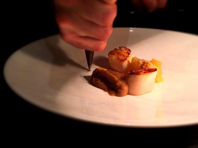 Dressage Saint Jacques, châtaigne, pomme au four, foin----Presentation Saint Jacques, chestnut, baked apple, hay#accentstablebourse @romainmahi @sugiyama3223 #restaurant #gastronomy #gourmet #foodlover #paris #foodie #chestnut #discover #chef